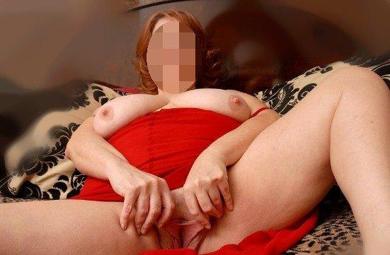 Tlustá kurvička si roztahuje chlupatou kundu na kameru